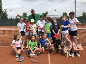 Kinderen op de tennisbaan