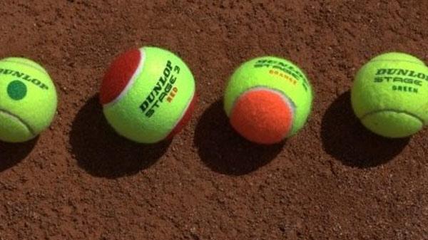 4 ballen op een gravelveld